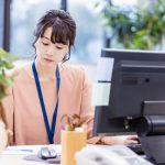 事務作業をする女性社員