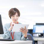 タブレットを操作する事務員の女性